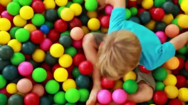 Boy playing in the ball pool — Stock Video