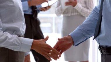 Mains tremblante d'affaires équipe bouchent — Vidéo