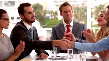 Business team applauding colleagues — Vídeo Stock