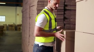 Warehouse worker stacking cardboard boxes — Stock Video