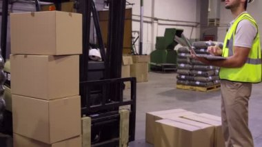 Warehouse worker checking cardboard boxes — Stock Video