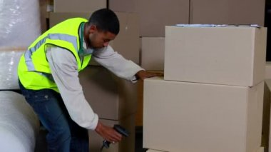 Warehouse worker scanning barcodes on boxes — Stock Video