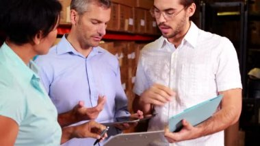 Warehouse operatives discussing file — Stock Video