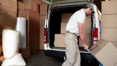 Delivery driver packing his van — Vídeo de stock