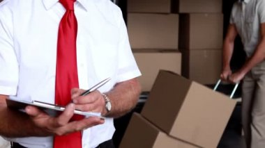 Delivery driver packing his van with manager — Vídeo de stock