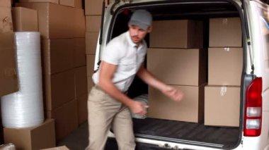 Водитель доставки, погрузки его Ван — Стоковое видео