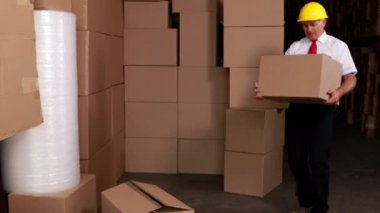 Manager injuring his back moving boxes — Stock Video