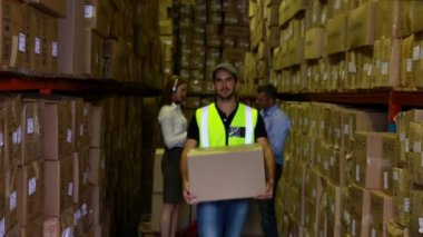 Warehouse worker carrying a box — Stock Video