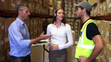 Warehouse worker talking with management — Stock Video
