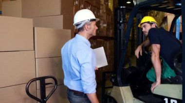 Manager working with foreman in forklift — Stock Video