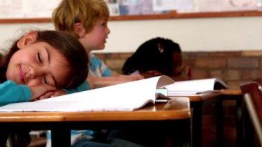Girl sleeping on desk during class — Stock Video