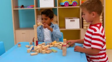 Boys playing with building blocks — Stock Video