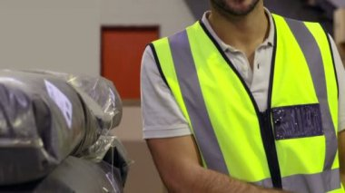 Warehouse worker smiling — Stock Video