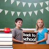 かわいい生徒の黒板を示す — ストック写真
