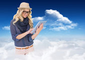 Trendy blonde using tablet computer — Stockfoto
