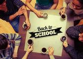 Lidé pití kávy proti zpět do školy — Stock fotografie