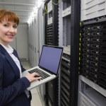 ganska tekniker använder laptop — Stockfoto #51596683