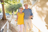 Gelukkig toeristische paar wandelen in de stad — Stockfoto