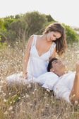 Couple sitting on countryside landscape — Stockfoto