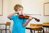 Pupil playing violin in classroom — Stock Photo