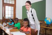 学生和老师在教室里微笑 — 图库照片
