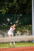 Pretty tennis player serving the ball — Stockfoto