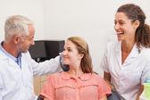 Dentiste et assistante de patient en fauteuil — Photo