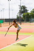 Pretty tennis player serving the ball — Stock Photo