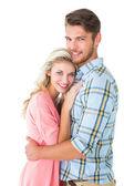 Atraktivní pár objímat a usmívá se na kameru — Stock fotografie