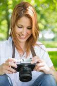 Rudy, patrząc na jej kamery w parku — Zdjęcie stockowe