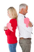 Couple holding two halves of broken heart — Stockfoto