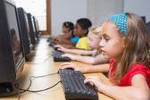 Roztomilý žáků v počítačové učebně — Stock fotografie