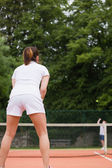 Pretty tennis player waiting for service — Foto Stock