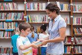 Uczniów i nauczycieli, czytanie książki w bibliotece — Zdjęcie stockowe