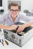 Молодой техник, работающих на сломанного компьютера — Стоковое фото