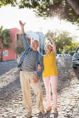 Happy mature couple cheering in the city — Stock Photo