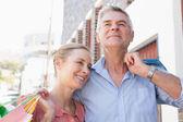 Happy senior couple shopping in the city — Stock Photo