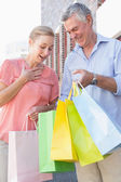 Happy senior couple shopping in the city — Stock Photo