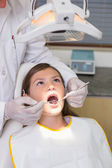 Dentist examining patients teeth — Stockfoto
