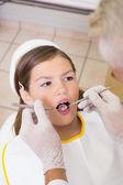 Dentiste examine les dents malades — Photo