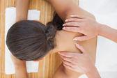 красивая брюнетка наслаждаться массаж плеч — Стоковое фото