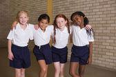 милые ученики, улыбаясь в pe единообразных — Стоковое фото