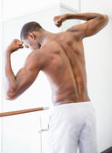 Shirtless muscular man flexing muscles — ストック写真