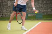 Young tennis player about to serve — Stockfoto
