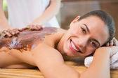 Chocolat récepteur jolie femme dos masque au centre spa — Photo