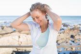 Casual kvinna ler vid havet — Stockfoto