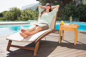 Kobieta relaks przy basenie śniadania, na stół — Zdjęcie stockowe