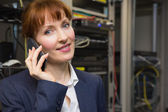 Pretty computer technician talking on phone — Stockfoto