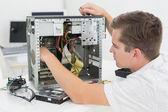 Giovane tecnico lavorando sul computer rotto — Foto Stock