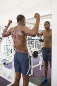 Muscular man flexing muscles in gym — Foto de Stock
